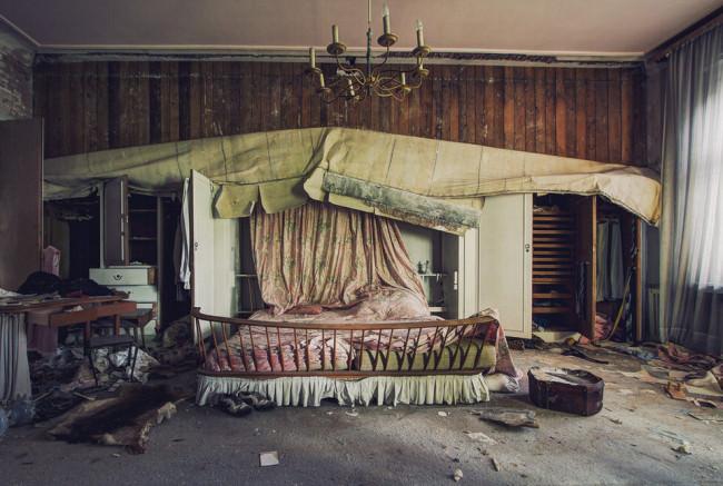Altes Bett an einem verlassenen Ort.