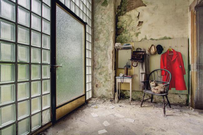 Garderobe mit großer Glasfront.