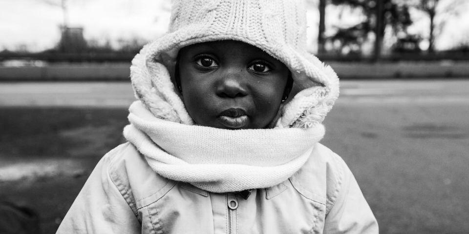 Ein Flüchtlingskind schaut in die Kamera