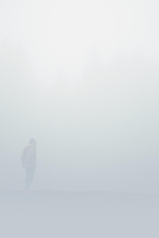 Ein Mann steht im Nebel. Nicht mehr, nicht weniger.
