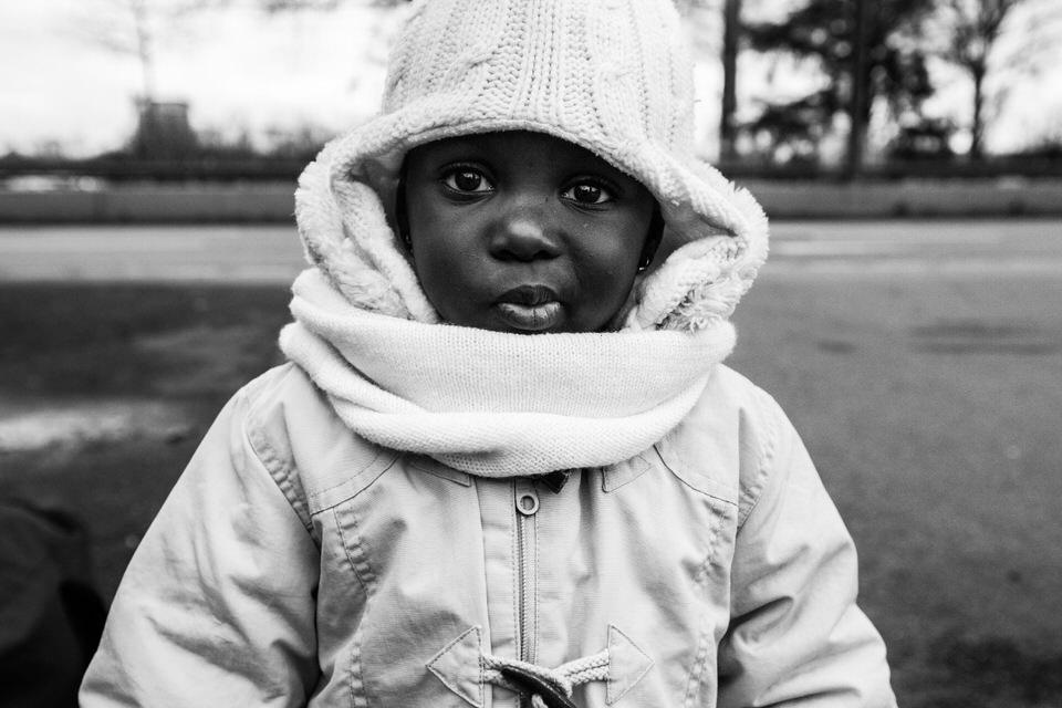 Ein Mädchen aus Togo schaut in die Kamera.
