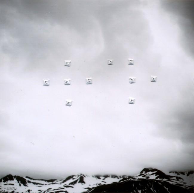 Schwarzweißfoto einer Berglandschaft mit Löchern im Foto