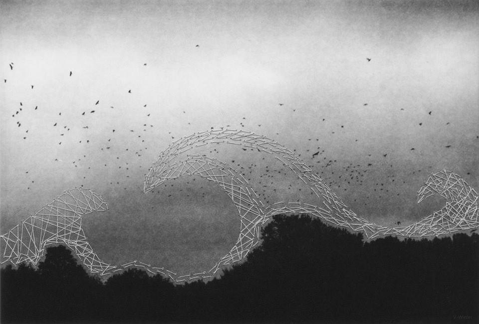 Vogelschwarm vor dunklem Himmel über einem Wald, darauf mit Faden hohe Wellen gestrickt.