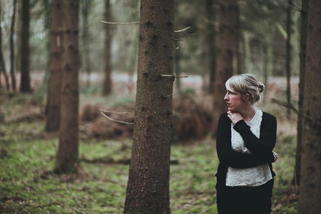 Eine Frau steht im Wald
