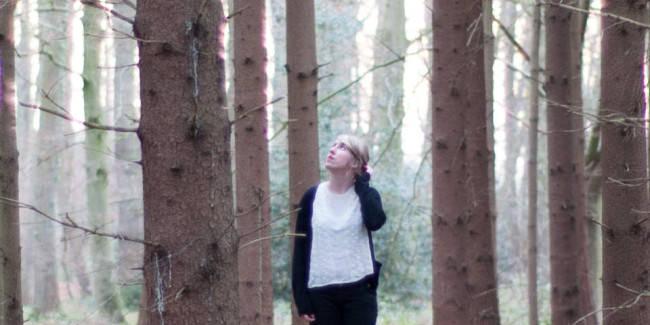 Eine Frau zwischen Bäumen