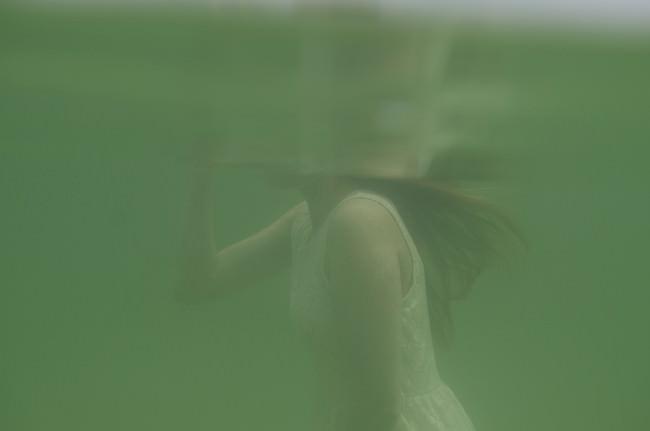 Unterwasseransicht eines Frauenkörpers