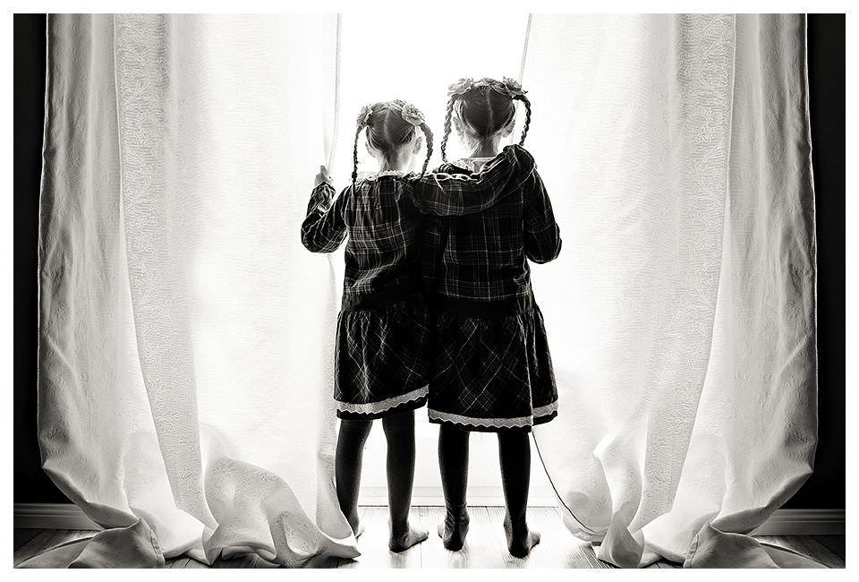 Zwei Mädchen am Fenster