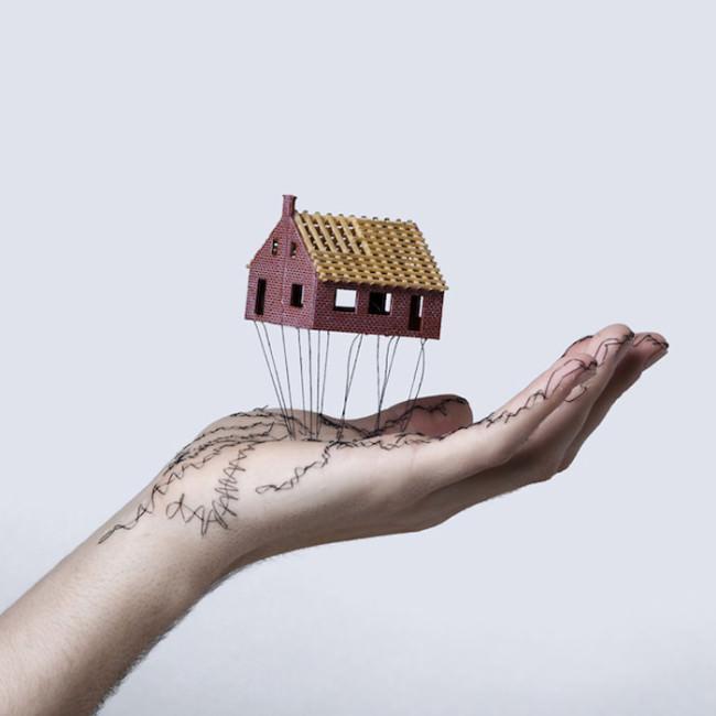 Haus schwebt auf Hand