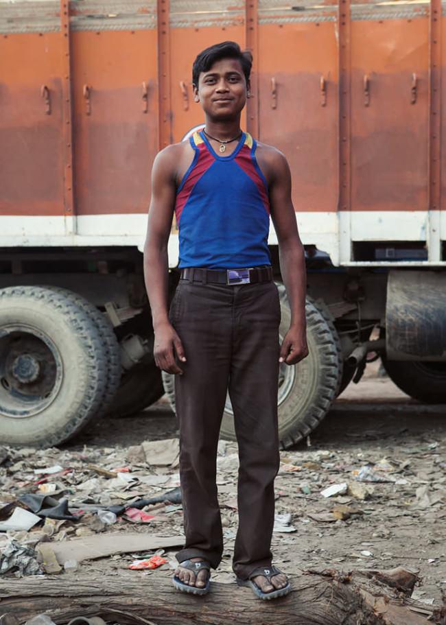 Ein junger Mann vor einem lastwagen