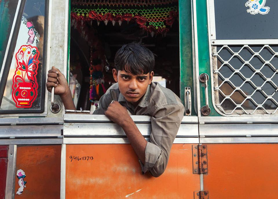 Ein Lastwagenfahrer schaut aus dem Fenster