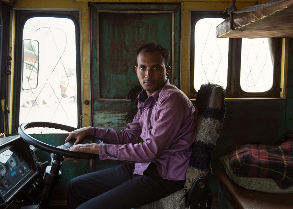 Ein Lastwagenfahrer am Steuer