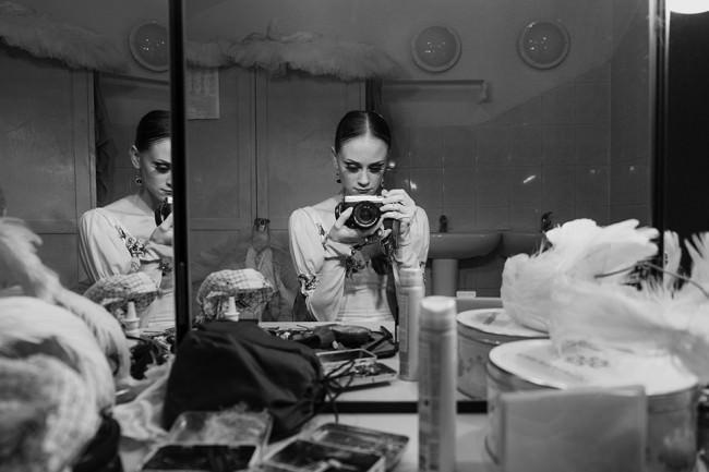 Eine Tänzerin fotografiert sich selbst vor einem Spiegel