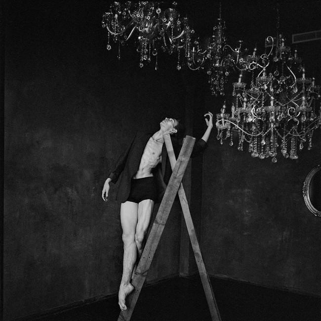 Ein Tänzer auf einer Leiter