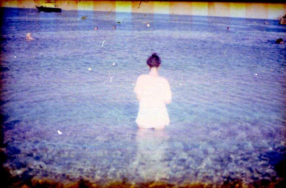 Eine Frau im Meer.
