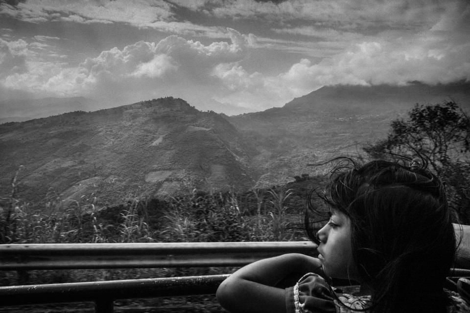 Ein Kind schaut aus einem Autofenster