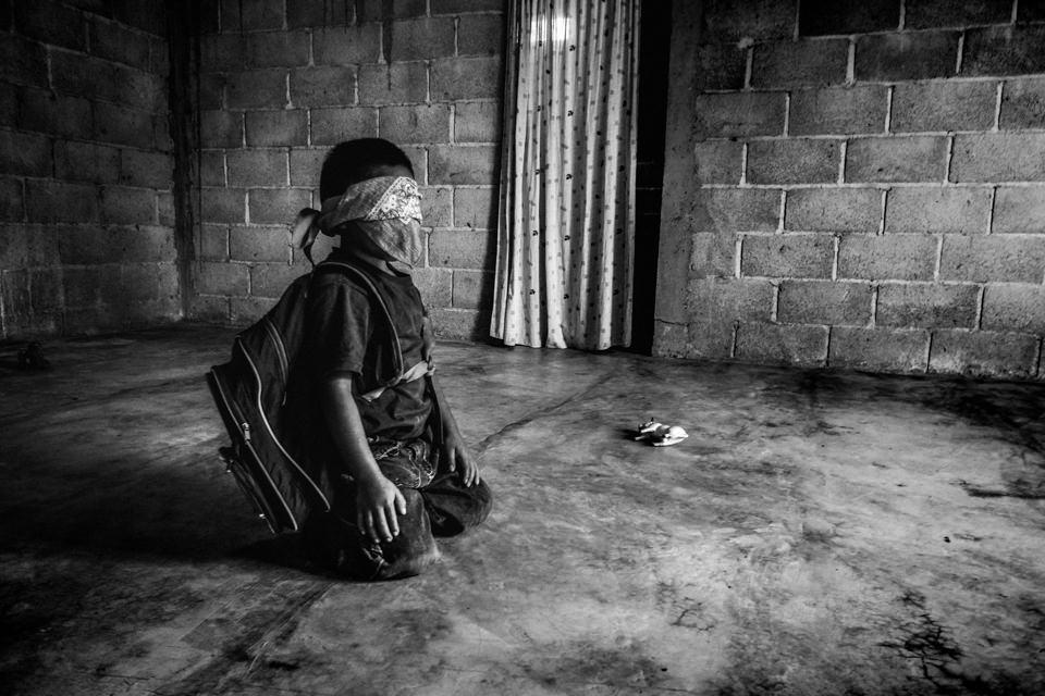 Ein Kind spielt auf dem kahlen Boden