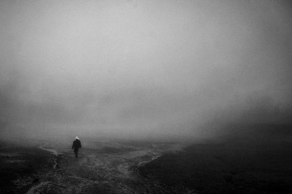 Eine Person im Nebel