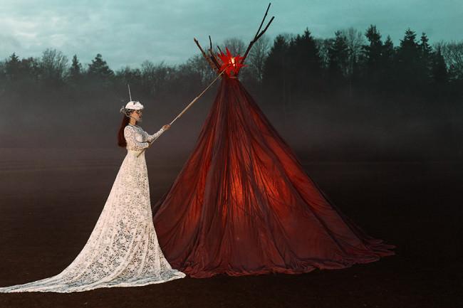 Eine Frau trägt einen roten Stern.