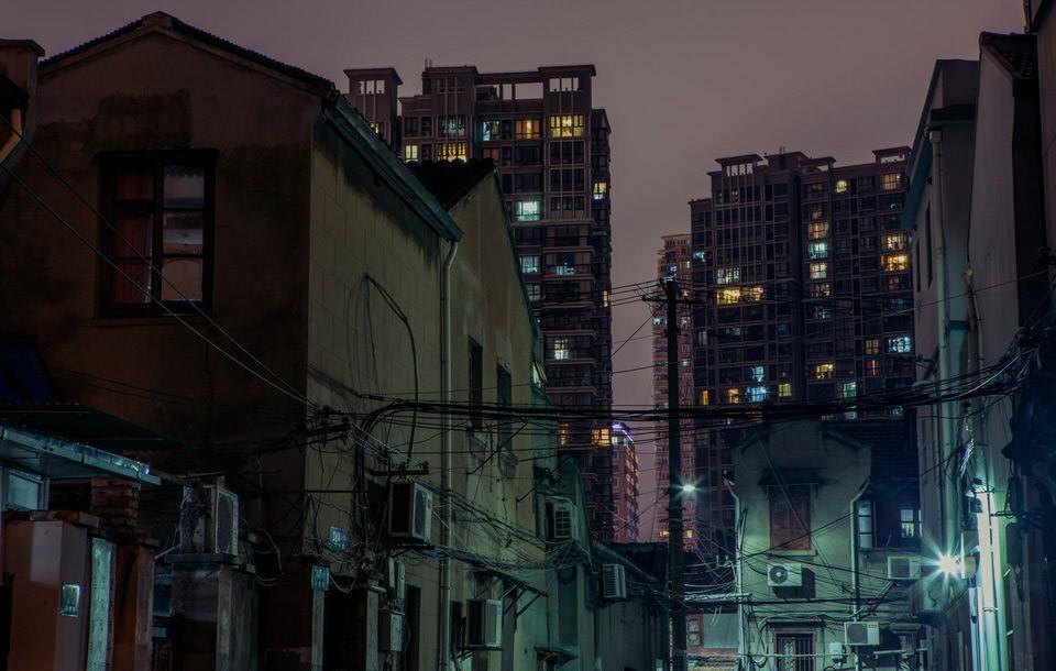 Häuser bei Nacht.