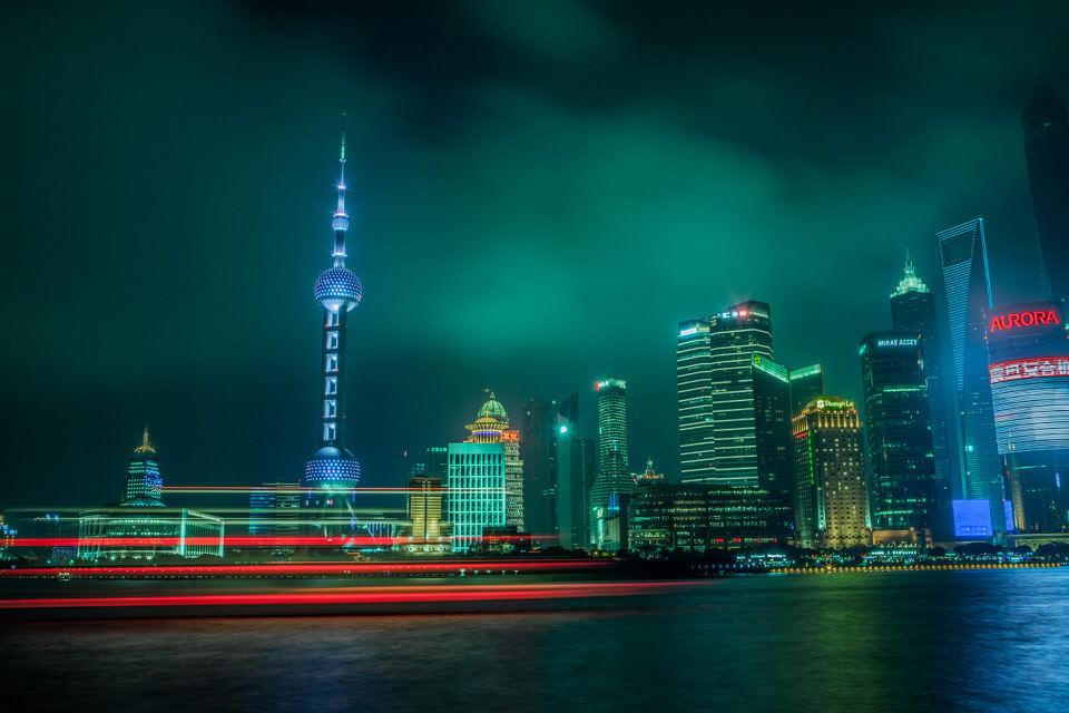Fluss mit Hochhäusern in der Nacht.