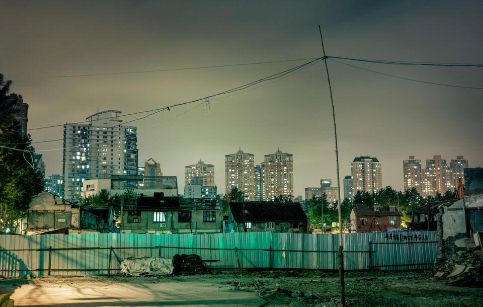 Hochhäuser in der Nacht.