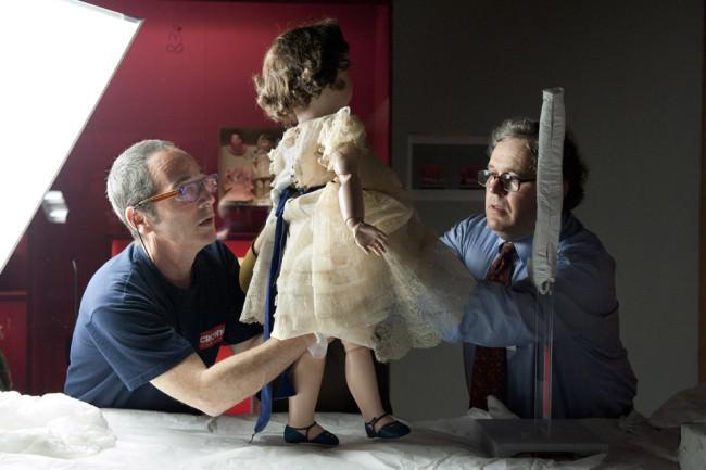 Zwei Männer arbeiten an einer Puppe.