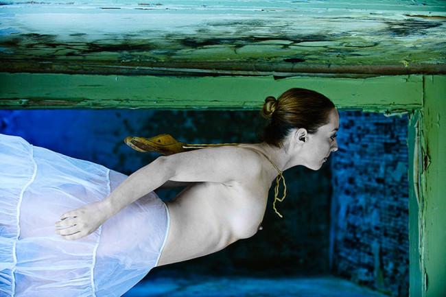 Eine Frau schwimmt halbnackt.