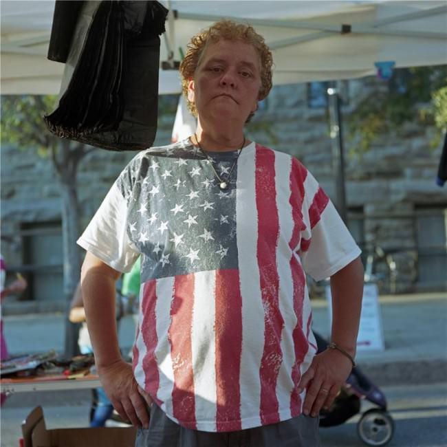 Ein Mensch mit einem Amerika-Shirt.
