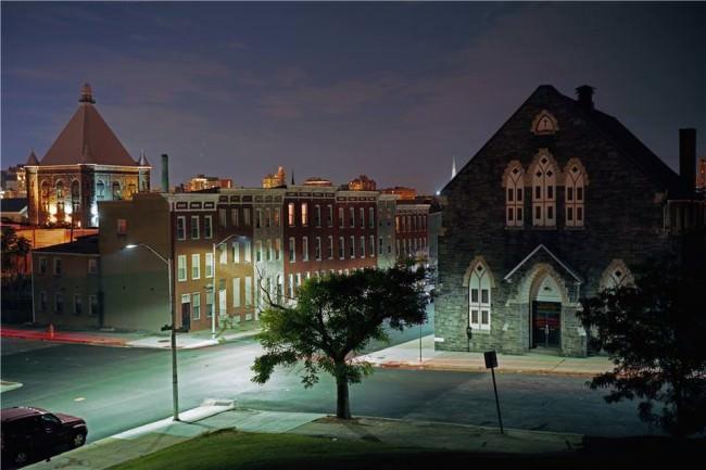 Straßenszene bei Nacht aus erhöhter Perspektive.