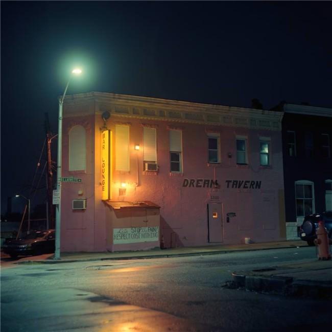Nachtaufnahme einer Straßenszene
