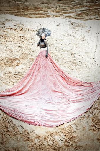 Eine Königin steht auf einer Düne.