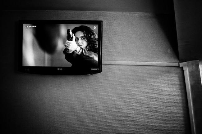 Blick auf einen Fernsehbildschirm an einer Hotelzimmerwand