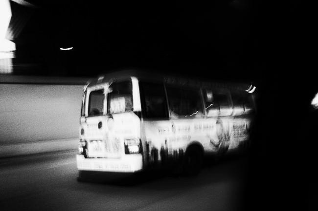 Ein schneller Bus rast durch die Nacht