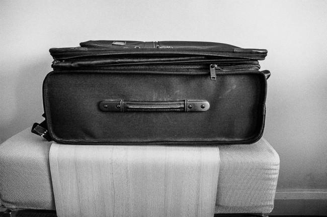 geschlossener Koffer auf einer Ablage