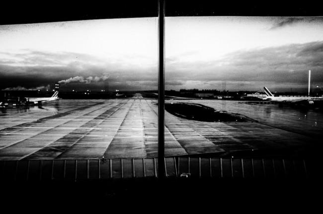 Blick aus einem Flughafenterminal auf das Rollfeld