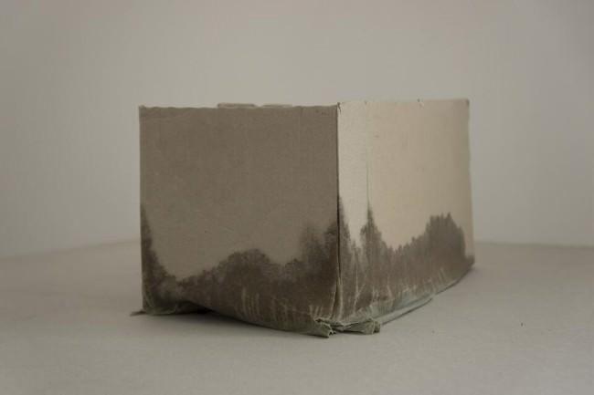 Ein Pappkarton mit vollgesaugten Ecken.