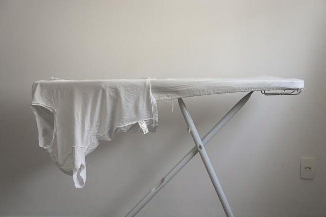 Ein Wäschebrett mit einem weißen Shirt.