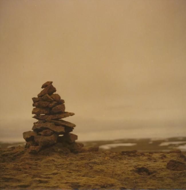 Ein Steinberg auf einem Hügel.