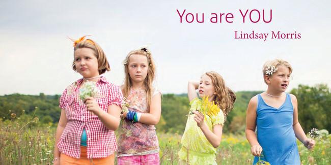 Vier Kinder stehen auf einem Feld.