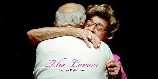 Ein altes Ehepaar liegt sich in den Armen.