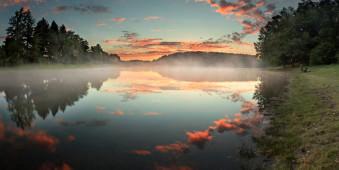 Rosa Wölkchen und ein See