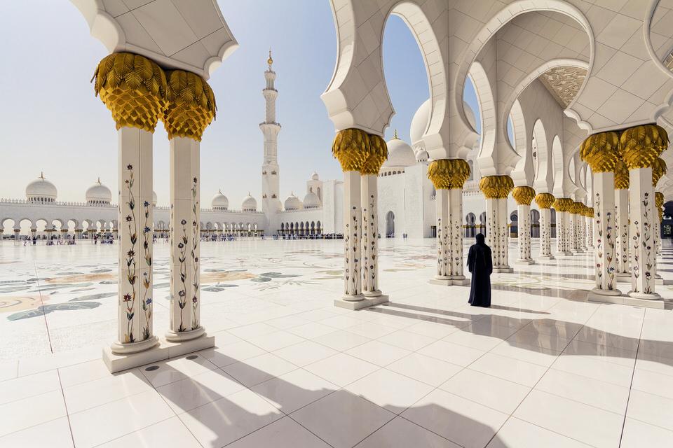 Fotojournalismus: Eine Person steht am Rande eine Moschee in Abu Dhabi
