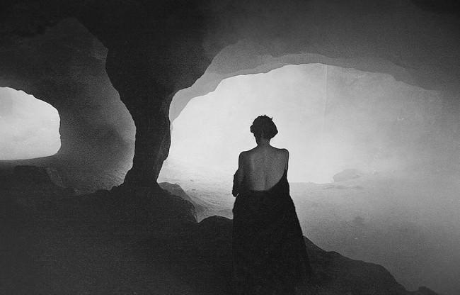 Frauenportrait von hinten in einer Höhle