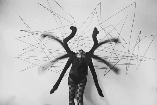 Surreales Portrait mit Spinnenarmen