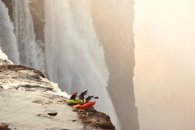 Kajakfahrer über einem Wasserfall