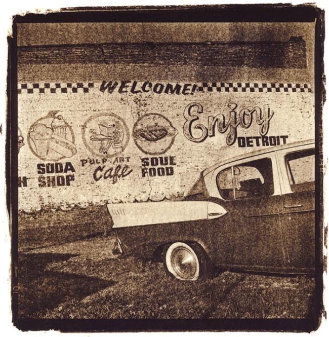 Ein altes Auto und ein Willkommen von Detroit.