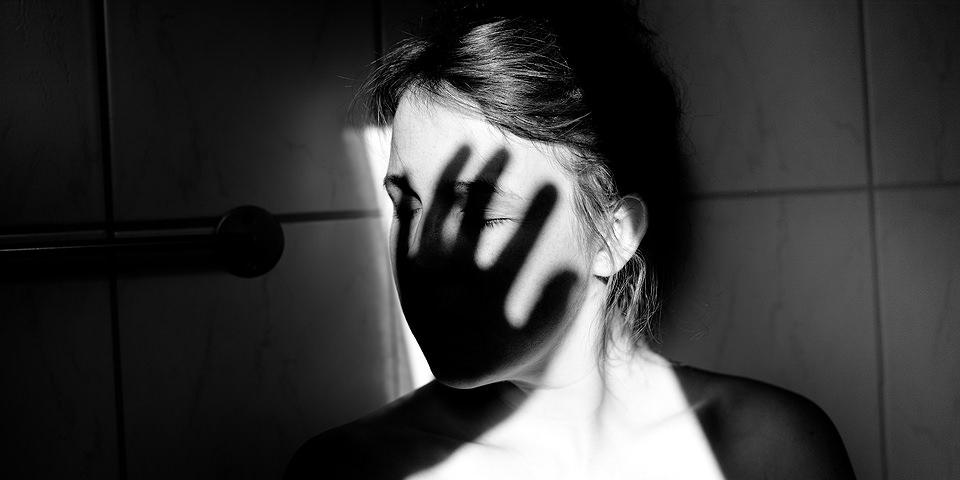 Schatten einer Hand auf einem Gesicht