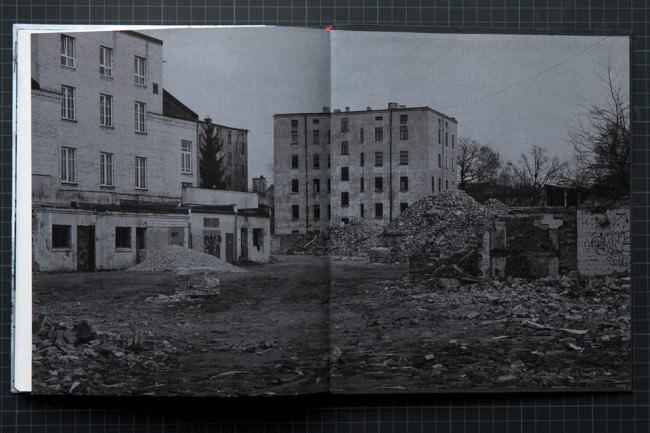 Einblick in eine Buchseite, auf der einige Häuser abgebildet sind.