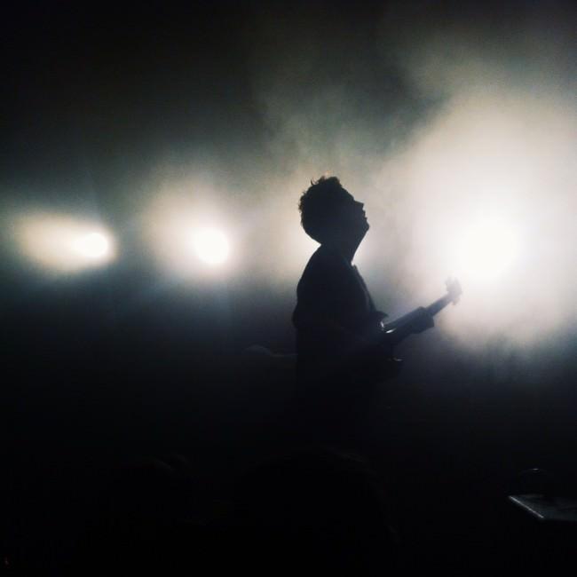 Ein Musiker in beleuchtetem Nebel.