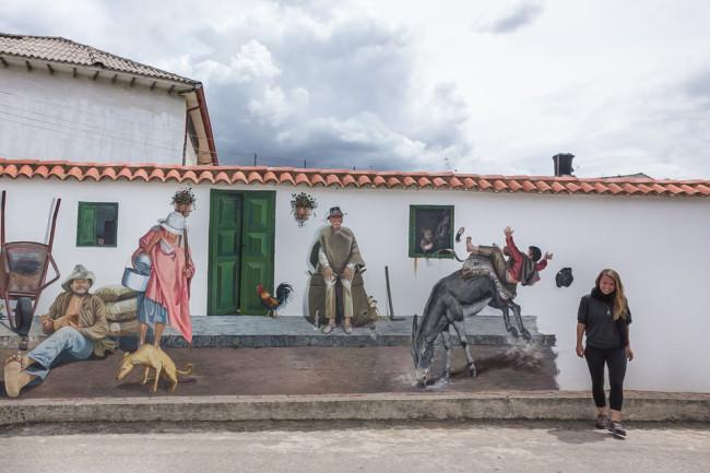 Ein bemaltes Haus an einer Straße.